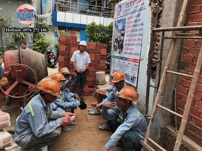 Họp thợ trước khi thi công